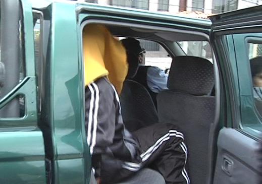 Henry Jiménez Ascuña ocultando su rostro tras el parricidio