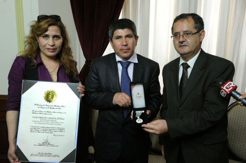 Julio Granda recibe medalla del Congreso