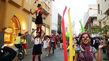 """""""Pasacalle realizado en calle Mercaderes con motivo del primer festival internacional de teatro Arequipa 2013"""""""