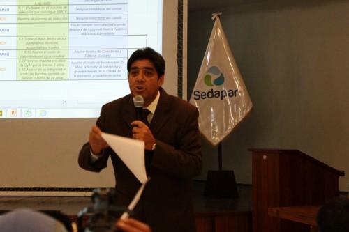 James Fernández, presidente del Directorio de Sedapar en acalorada explicación (Foto El Búho)