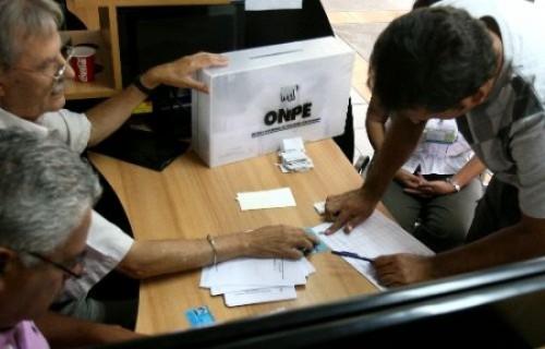 Para el caso de electores con alguna discapacidad motora, la ONPE les facilitará sillas de ruedas para su fácil desplazamiento en el interior del local de votación.