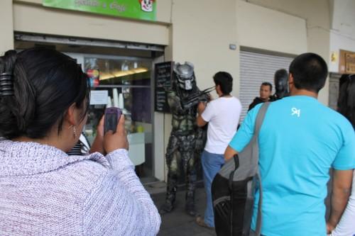 Peatones se arremolinaron para tomar fotos de los personajes (EL Búho)