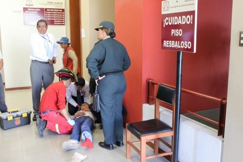 Mujer fue asistida por bomberos y trabajadores del Poder Judicial.