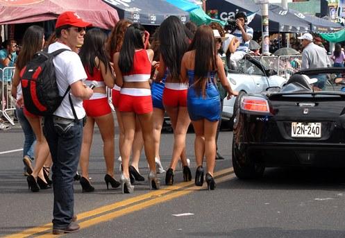 anfitrionas-en-desfile