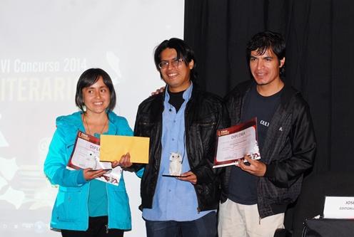 Doris Encalada y Christian Ahumada ganadores de Poesía reciben su premio de José Córdova.