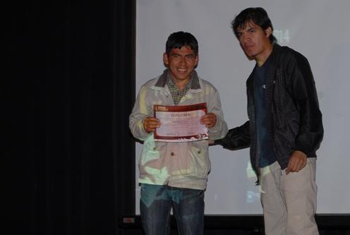 Henry Murguía recibe su diploma de José Córdova