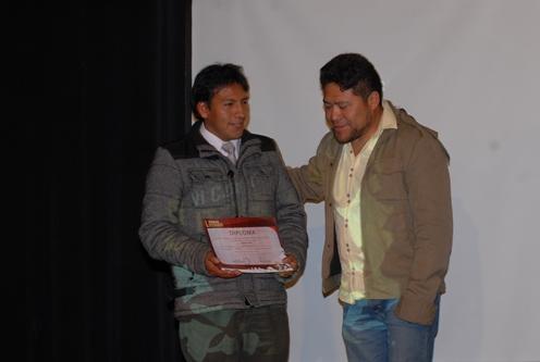 Jasson Ticvona recibe su diploma de reconocimiento por Mención Honrosa