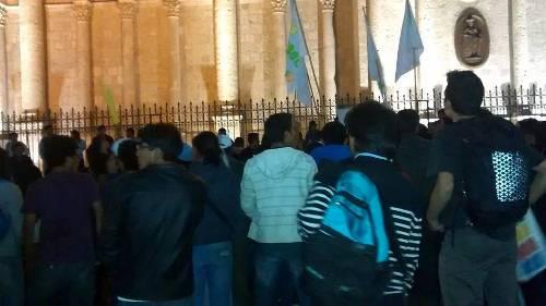 Un grupo se ruenió finalmente frente a la Catedral para evaluar futuras acciones