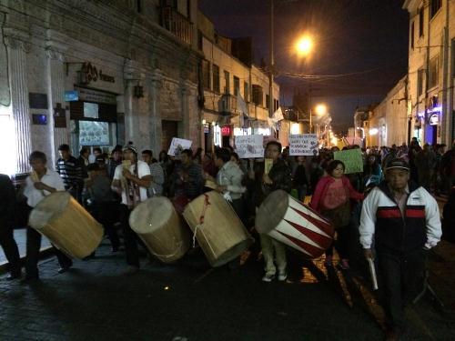 Jovenes a su paaso por la calle San José