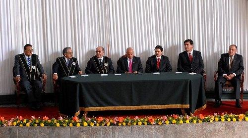 Autoridades salientes y entrantes antes de la juramentación