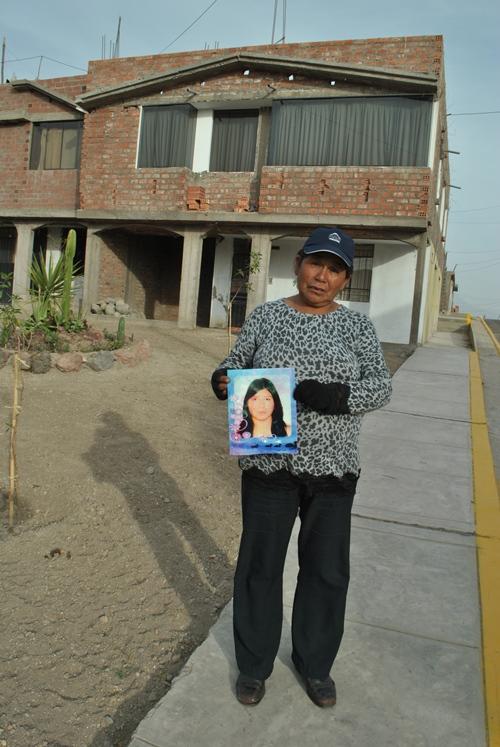 Frente a la casa donde trabajaba Mary, muestra la fotografía de la entonces alegre Mary. No hay explicación sobre su muerte.