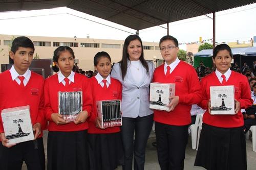 Estudiantes del Coar Arequipa recibieron libros de manos de la presidenta regional, Yamila Osorio