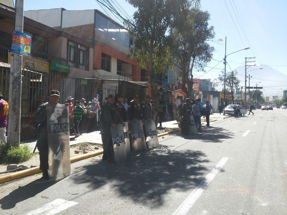 Av Independencia bloqueada desde Paucarpata hasta la altura del grifo El Carmen