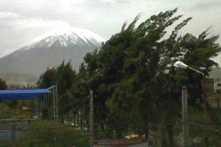 Fuertes vientos dejaron sin energía eléctrica a varios distritos de Arequipa