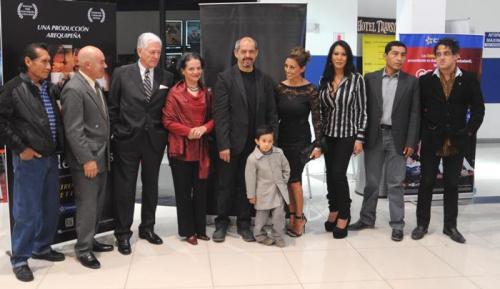 Parte del elenco rodeando al director Miguel Barreda