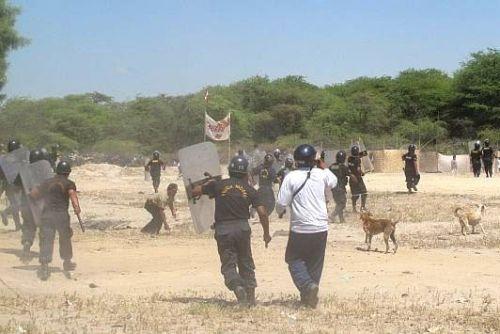 POLICIA DESALOJA A INVASORES DEL ASENTAMIENTO HUMANO LOS POLVORINES