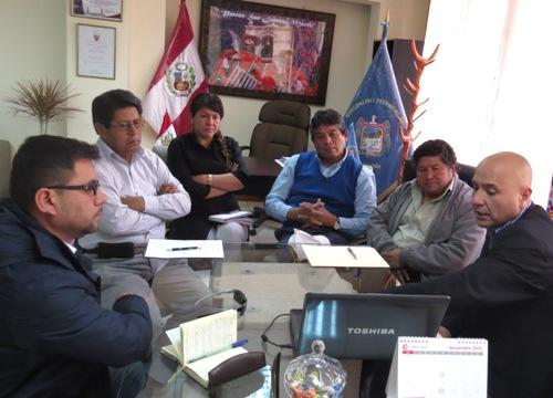 Zacarías Madariaga Coaquira, gerente de la Autoridad Regional Ambiental del Gobierno Regional de Arequipa y el Alcalde de la Municipalidad Provincial de Caylloma, Rómulo Tinta Cáceres.