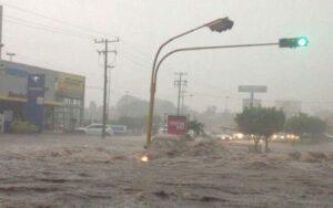 Aluvión destroza pistas y deja sin agua potable a Arequipa