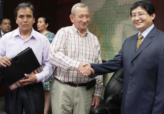 Viceministro de Minas, Guillermo Shinno, con representantes de las empresas mineras Cruz de Oro y Maraycasa S.A.