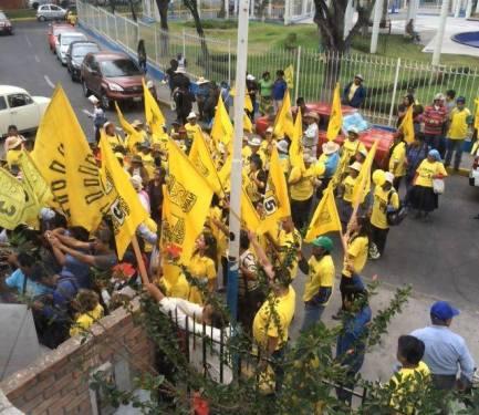 Candidato presidencial Nano Guerra, junto a simpatizantes en el Jurado Electoral Especial