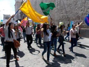 """VIDEO. Colectivo """"Hagamos lío"""" marchó por las calles del centro para defender al arzobispo de Arequipa"""