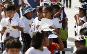 Sancionarán a directores que obliguen alumnos estar formados bajo el sol