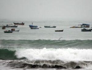 Ante oleajes anómalos en el litoral arequipeño cierran puertos de Mollendo