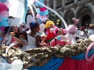 Niños y adolescentes forzados a asistir a Marcha por la Vida expuestos por 5 horas al sol para apoyar a Javier del Río