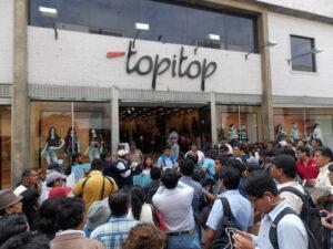 Protesta frente a la tienda Topitop por maltrato a cliente que acusa racismo