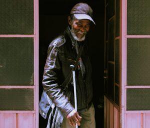 Piden ayuda para el hombre del jazz que busca regresar a su país y empezar de nuevo a los 70 años