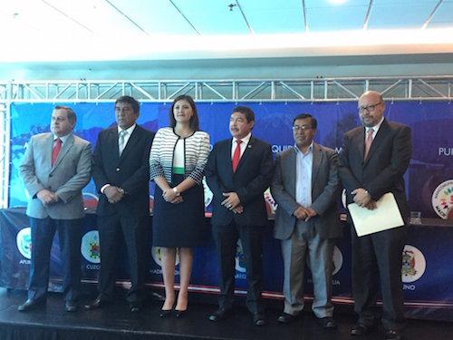Martes 3 de mayo. Los gobernadores de Tacna, Omar Jimenez y de Madre de Dios, Luis Oztuka, flanquean a la gobernadora de Arequipa en su invitación publica al debate. Dos días después, Jimenez cambió de opinión.