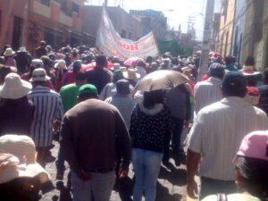 Manifestantes exigen al alcalde provincial que cumpla sus promesas de titulación