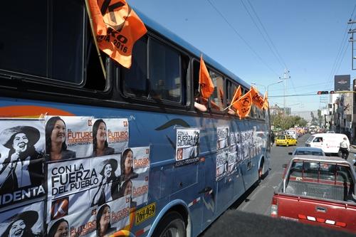 Decenas de buses y combos fueron contratadas para caravana
