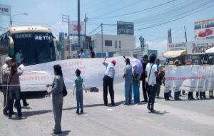 Minivans bloquean ingreso a Arequipa entre bombas lacrimógenas de la PNP