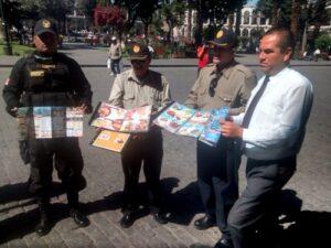 """Sancionarán establecimientos que insistan en colocar """"jaladores"""" en la Plaza de Armas"""