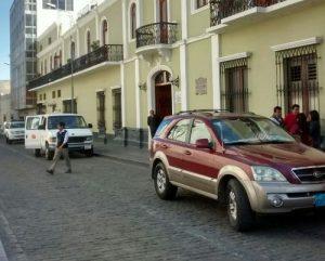 Continúan utilizando calle peatonalizada como playa de estacionamiento particular