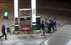 En menos de una hora asaltan dos grifos con camioneta robada y armas de fuego