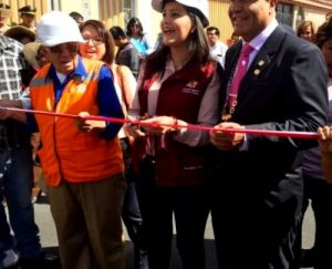 Gobernadora entrega nueva vía que unirá a distritos de Hunter y Socabaya