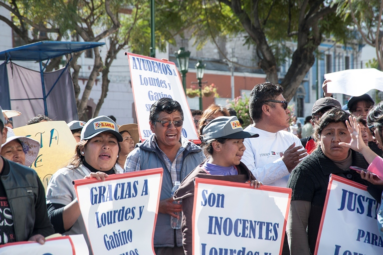 Carteles similares y buena organización se apreció en manifestación de apoyo