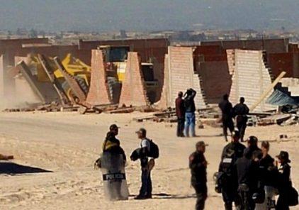 GRA ordena demoler 80 casas rústicas en Yura durante desalojo de terrenos invadidos
