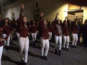 FOTOS. Caporales rinden homenaje a la Ciudad Blanca en vísperas de aniversario
