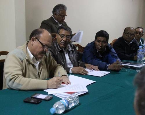 Congresista Sergio Dávila, junto a autoridades y dirigentes del valle de Tambo.