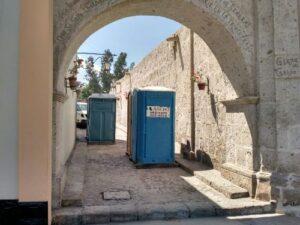 Colocan baños públicos en calles de valor histórico en Yanahuara