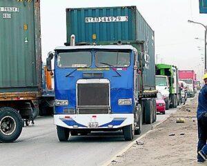 Vehículos provocan congestionamiento por no usar vías alternas por obra en la variante de Uchumayo