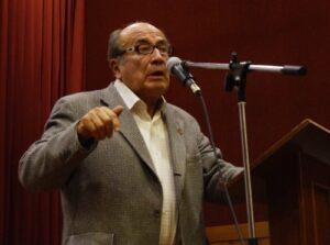 """Eduardo Gonzales Viaña en conferencia sobre su libro """"Vallejo en la vida de un inmigrante"""""""