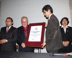 Condecoran a fundador de clínicas Espíritu Santo en Arequipa