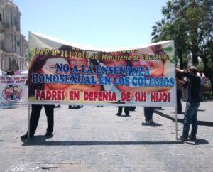 """Grupo de padres protesta contra nueva curricula por """"ideología de género"""""""