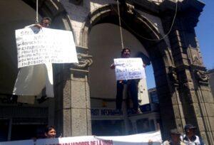"""VIDEO. Protestantes se """"cuelgan"""" en Portal San Agustín tras marcha de estatales"""