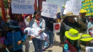 Por falta de agua madres e hijos se encadenan frente al Gobierno Regional