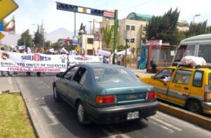 Docentes UNSA bloquearon avenida durante protesta por sueldos